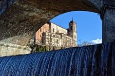 la chiesa di san Francesco di Paola attraverso l'arco delle campate del ponte Alarico.sotto,quello che scorre è il Crati
