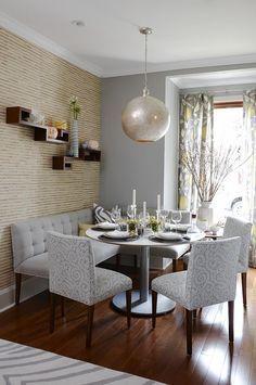 o sofá de canto e mais uma cadeira na lateral forma um estar e as duas outras cadeiras vão para próximo da parede junto com a mesa formando novamente a sala de jantar pequena para de um casal por exemplo, mas que pode acomodar mais pessoas para oferecer um jantar com amigos