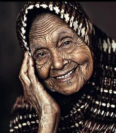 I'm sure that all these lines could tell great stories Beautiful Smile, Beautiful People, Vieux Couples, A Wrinkle In Time, Old Faces, Ageless Beauty, Smiles And Laughs, Interesting Faces, Happy People