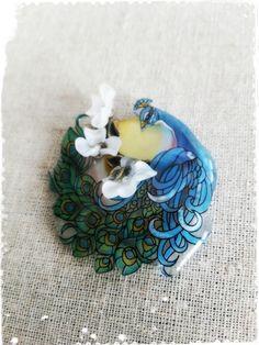 お問い合わせの多かった『孔雀と木蓮』の再販です。ステンドグラスのようなつやっとした孔雀に立体的に木蓮のような花をあしらってみました。サイズ:5×5...|ハンドメイド、手作り、手仕事品の通販・販売・購入ならCreema。