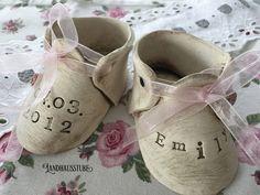 Süße handgetöpferte Babyschuhe mit Namen und Geburtstag , sowie kleinen Blüten und passenden Schleifen dekoriert.  Maße je Schuh: ca. 5 x 9,5 cm.   Zur Anfertigung benötige ich ca. 14...