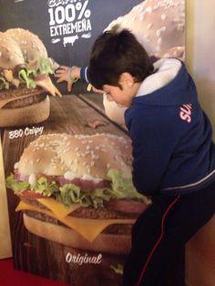 Comiéndoselo una hamburguesa,  el solito.
