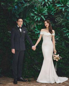 Pre Wedding Poses, Pre Wedding Photoshoot, Foto Wedding, Wedding Pics, Korean Couple Photoshoot, Korean Wedding Photography, Minimalist Wedding Dresses, Pent House, Korean Drama
