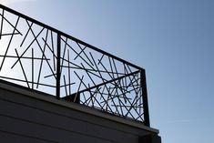 "Garde-corps acier ""Barreaudage aléatoire"" Balcony Grill Design, Rooftop Terrace Design, Balcony Railing Design, Window Grill Design, Door Gate Design, House Gate Design, Fence Design, Modern Stair Railing, Modern Staircase"