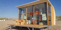 Strandcamping Groede, 6 persoons huisjes (4 volw.) aan het strand. De 10 huisjes staan ruim uit elkaar. De grote panoramische ramen zorgen er voor dat u vanuit uw beschutte huisje gedurende de gehele dag kunt genieten van het strand en de zee. Wifi :-)