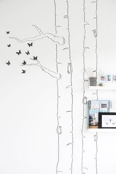 DIY: Dibujar la silueta de un árbol en la pared y añadirle mariposas 3D