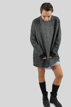Kombiniere diesen Oversize-Pullover zu Legging, Röhrenjeans und Biker-Hose. Er ist aber auch lang genug, dass du ihn als Kleid tragen kannst. Für mich darf dieser Pullover sowohl im Winter als auch im Sommer an kühlen Abenden nicht fehlen. Das Schnittmuster ist simpel, der Pullover schnell genäht. Capsule Wardrobe, Oversize Pullover, Biker, Men Sweater, Sweaters, Fashion, Minimalist Wardrobe, Sewing Patterns, Summer
