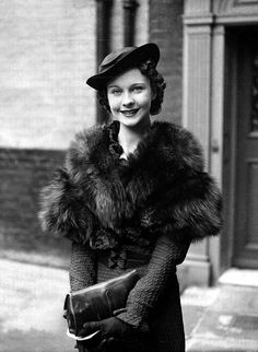 Vintage Fashion Vivien Leigh in 1935 outside her house in England the morning after her debut in The Mask of Virtue - Old Hollywood Glamour, Golden Age Of Hollywood, Vintage Glamour, Vintage Hollywood, Vintage Beauty, Classic Hollywood, Hollywood Fashion, 50s Glamour, Hollywood Icons