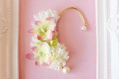 アートフラワー(造花)を使用したイヤーフックです。薔薇やマムなどのお花を使ってふんわりと優しい印象になるようにデザインしました(^^) 2輪の花びらやコットン... ハンドメイド、手作り、手仕事品の通販・販売・購入ならCreema。
