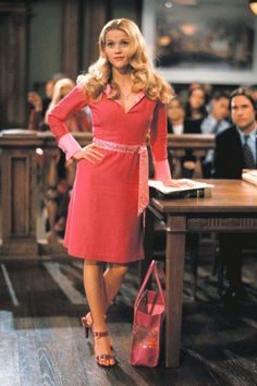 "Reese Witherspoon in ""Legally Blonde"" - She had tried the typical East Coast lawyer garb. But for Elle Woods& first big case, only an outfit that was truly & would do. Jenifer Lopes, Legally Blonde Outfits, Legally Blonde Movie, Legally Blonde Quotes, Blonde Aesthetic, Movie Character Costumes, Non Blondes, 90s Outfit, Movie Outfits"