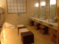 womens-changing-room.jpg (800×597)