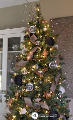Black and Gold Rustic Christmas Tree #michaelsmakers #tagatree