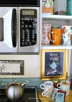 Love your space challenge: Tips and suggestions for how to set up a tea/coffee station to make your kitchen more functional, plus a free printable. Cozy Kitchen, Kitchen Dining, Coffee Corner, Coffee Nook, Coffee Bars, Tea Station, Space Station, Home Coffee Stations, Cocoa Bar