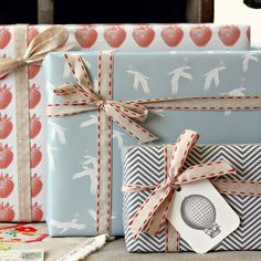 Combination of simple bow and pattern paper wrapping
