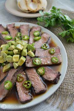 Aprende a preparar un delicioso y fácil aguachile de res - ribeye con una salsa oscura de limón, soya y chile serrano. ¡No te imaginas lo rico que queda!