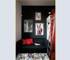 La camera del figlio. Il soppalco a sbalzo in acciaio, costruito su disegno come la scala, accoglie il letto e, sotto, un GUARDAROBA chiuso da ante in laccato rosso.