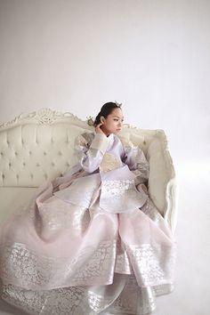 hanbok, Korean traditional clothes : I am seriously old fashioned. I love Hanbok! Korean Traditional Dress, Traditional Fashion, Traditional Dresses, Oriental Fashion, Ethnic Fashion, Korean Fashion, Hanbok Wedding, Korea Dress, Modern Hanbok
