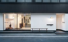 Aesop Kyoto  日本京都的概念店由Aesop與緒方慎一郎(Shinichiro Ogata)的Simplicity團隊合作設計。設計靈感源自日本作家谷崎潤一郎(Jun'ichirō Tanizaki)的《陰影禮贊》、十四世紀的日本演員及劇作家世阿彌元清(Zeami Motokiyo)的美學觀、京都的町屋以及日文的直行編排特點。