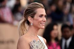 Pin for Later: See Every Breathtaking Beauty Look From the 2016 SAG Awards Kristen Wiig Kristen's purple shadow picked up the glints of her iridescent beaded gown.