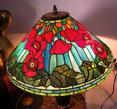 A FINE HAND MADE TIFFANY STYLE TABLE LAMP