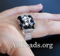 Ring made with Swarovsky crystal beads. Find the tutorial in the site