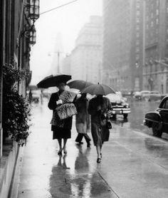hollyhocksandtulips: Rainy day dans la ville, 1953