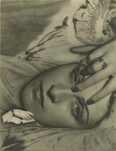 Man Ray, Dora Maar, 1935 Tirage argentique d'époque solarisé 8,4 x 6,4 cm © Galerie 1900-2000, Paris