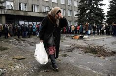 A woman carries a bag containing humanitarian aid in front of a delivery point in the Ukrainian forces-controlled town of Debaltseve, Donetsk region February 6, 2015. REUTERS/Maxim Shemetov