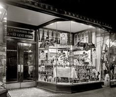 WOOLWORTH WINDOW 1910s PHOTO