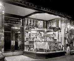 WOOLWORTH WINDOW 1910s PHOTO