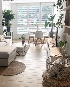 ♥ Hygge ♥ Die Dänen haben uns gezeigt, wie glückliches und entspanntes Wohnen funktioniert! Oberste Priorität beim hyggeligen Wohnen hat ganz klar die Gemütlichkeit. Also ist alles, was euer Zuhause kuschelig und heimelig macht, unbedingt erwünscht. Dazu gehören Must-Haves wie kuschelige Teppiche und natürlich jede Menge Kissen. 📷: @pichurrynas_home // Hygge Gemütlichkeit Wohnzimmer Deko Skandinavisch #Hygge #Einrichtung #Gemütlichkeit #Natural #Jute #Holz #Teppich #Pflanzen Natural Living, Living Room Decor, Sweet Home, Table Decorations, Interior, Inspiration, Furniture, Ideas Decoración, Cheap Things
