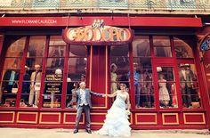 {mariage Toulouse - Château de Conques} Audrey & Americo - www.florianecaux.com  Photo de couple devant une fripe vintage toulousaine : Groucho ! #mariage #wedding #toulouse #floriane #caux