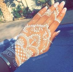 Guys Today I'm sharing a Beautiful collection Henna Mehndi designs for hands Images for your inspiration. These Coloring hands, Mehndi is a popular practice in Henna Tattoo Hand, Henna Tattoo Designs, Henna Tattoos, Mehndi Designs, White Henna Tattoo, Et Tattoo, Henna Body Art, Henna Art, Paisley Tattoos