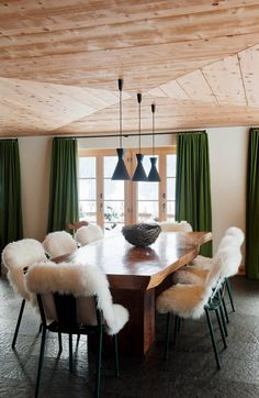chalet - Mlinaric, Henry and Zervudachi Decorating Your Home, Interior Decorating, Interior Design, Table And Chairs, Dining Table, Open Plan Kitchen Diner, Chalet Interior, Dinner Room, Piece A Vivre