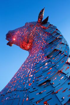 """Artist Andy Scott has designed the installation """"The Kelpies"""" : a sculpture of 30 meters high representing two huge horses' heads that light up and change of colors."""