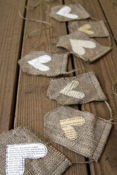 ¿Que opinas de enviar invitaciones en una bolsa de arpillera con un corazón bordado?- Foto emmalinebride