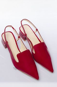 Red pointed toe slingbacks that add a pop of color to jeans or wear with a dress - and be able to stand comfortably at cocktail parties. Pretty Shoes, Beautiful Shoes, Cute Shoes, Me Too Shoes, Shoe Boots, Shoes Sandals, Outfits Damen, Low Heel Shoes, Red Shoes