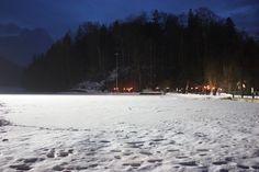 Fackelwanderung am See, Winterhochzeit in den Bergen am Riessersee Hotel Garmisch-Partenkirchen in Bayern, Kupfer, Dunkelrot, Hellblau, Grau, Winter wedding abroad Bavaria in copper, ruby red, light blue