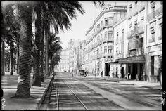Alicante antiguo. Explanada cuando junto a los edificios se podía circular en automóvil y con las vías del tranvía.