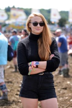 Sophie Turner at the 2014 Glastonbury Festival. The Best-Ever Summer Music… Sophie Turner Age, Maisie Williams Sophie Turner, Spohie Turner, Game Of Thrones, Glamour, Woman Crush, Hollywood Actresses, Celebrity Style, Blond