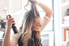 The use of dry shampoo has been done by a lot of people for a long period of time. They use it in between washes or when they know that they do not have the time to wash and then style their hair. Dry shampoo can be a savior yet not a lot of people … Make Hair Curly, How To Make Hair, Curly Hair Styles, Frizzy Hair, Good Dry Shampoo, Using Dry Shampoo, Shampooing Sec, Oily Scalp, Beauty Must Haves