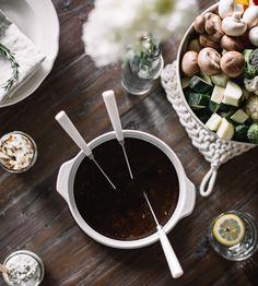 Ce que j'aime de la fondue chinoise, c'est qu'elle nous force à faire quelque chose qu'on ne fait pas assez souvent de nos jours, c'est-à-dire prendre le temps de déguster un repas sans se presser. Fondue Recipes, Cheese Recipes, Keto Recipes, Fondue Raclette, Chocolate Fondue, Meal Planning, Food And Drink, Menu, Cake