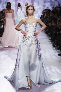 Fashion Show : Georges Chakra Couture Spring Summer 2017 Paris Couture Mode, Couture Fashion, Runway Fashion, Paris Fashion, Beautiful Gowns, Beautiful Outfits, Fashion Week, Fashion Show, Live Fashion