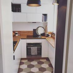 Poličky na knížky v kuchyni #bohostudio #interiordesign #design #photoshoot #kitchen #blackwhite #smallkitchen #polishdesign #warsawinteriordesigner