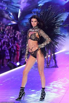 It's Kendall's night! Jenner rocks the Victoria's Secret runway Quick change: Her second outfit, a dazzling bejewelled black costume, highlighted her tone… Ange Victoria Secret, Victoria Secret Fashion Show, Victoria Secret Workout, Adriana Lima Victoria Secret, Victoria Secret Outfits, Victoria Secret Lingerie, Vs Fashion Shows, Fashion Models, Ladies Fashion