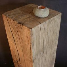 Ce piedestal en bois mettra en valeur vos plus beaux objets comme une sellette originale. Etonnante de simplicité, cette colonne décorative met en scene un bois brut et naturel dans votre maison.