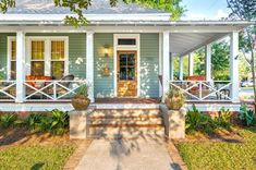 Best Colorful Porch Design Ideas That Looks Cool Utah, Traditional Porch, Farmhouse Front Porches, Building A Porch, House Front Design, House With Porch, Facade Design, Exterior Design, Modern Exterior