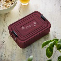 Wenn die Winterzeit naht, müssen auch alle möglichen Leckereien transportiert werden. Unser Eckige Brotdose mit Gravur - Rot - Schneeflocke - Lunchbox personalisiert ist die perfekte stimmungsvolle Transportbox dafür.
