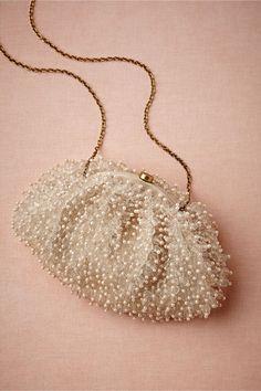 Ένα vintage πουγκί με μικρές πέρλες! Επιταγές μόδας από τα παλιά...Ρετρό προσκλητήρια γάμου σε μπεζ αποχρώσεις - http://www.lovetale.gr/wedding/wedding-invitations/retro?atr_color=52