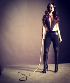 """""""Isabelle will rip his heart out and walk around on it with her heels. """"Jace about Isabelle … Shadowhunters Outfit, Shadowhunters Tv Show, Shadowhunters The Mortal Instruments, Isabelle Lightwood, Actrices Sexy, Female Supremacy, Shadow Hunters, Fashion Models, Ideias Fashion"""
